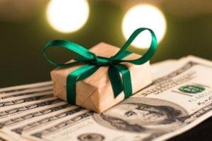 Как подарить подарки сотрудникам и избежать страховых взносов